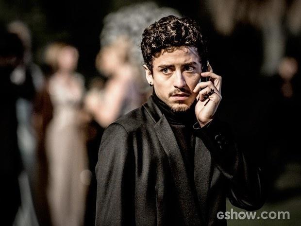 Alain recebe ligação na festa