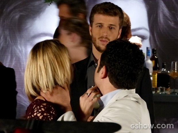 Gabriel interrompe momento romântico de Silvia e Felipe