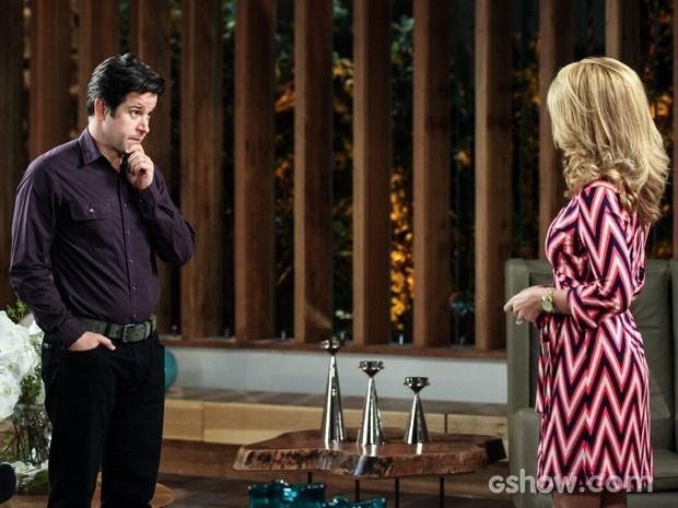 Jonas pressiona Pamela sobre Herval e ela desconversa