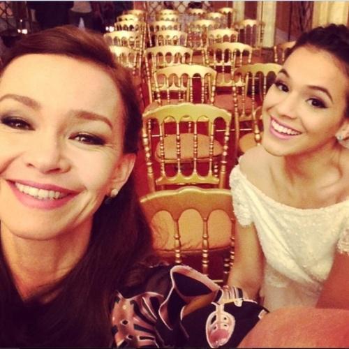 """16.jul.2014 - Julia Lemmertz com Bruna Marquezine ao fundo aguardam gravações de cenas do casamento de Luiza e Laerte: """"Enquanto a gente espera....espera....sorrindo, só rindo , não é princesa?"""", escreveu a atriz no Instagram"""