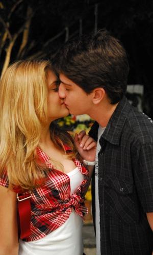 """Norma Jean (Jéssika Alves) e Fernandinho (Johnny Massaro) se beijam em """"Malhação"""" (2009)"""