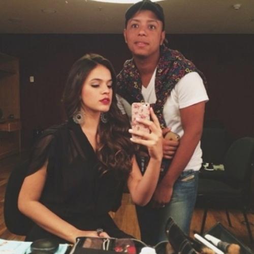 """17.jul2014- Bruna Marquezine faz selfie com maquiador de """"Em Família"""" em último dia de gravação: """"Arrasou na make de hoje!! Adorei!"""", escreveu a atriz no Instagram"""