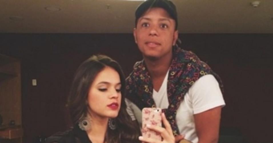 17.jul2014- Bruna Marquezine faz selfie com maquiador de
