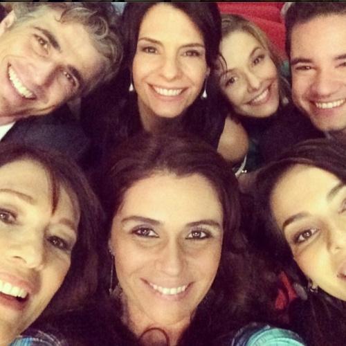 """17.jul2014- Giovanna Antonelli faz selfie com elenco de """"Em Família"""": """"Amo vocês"""""""