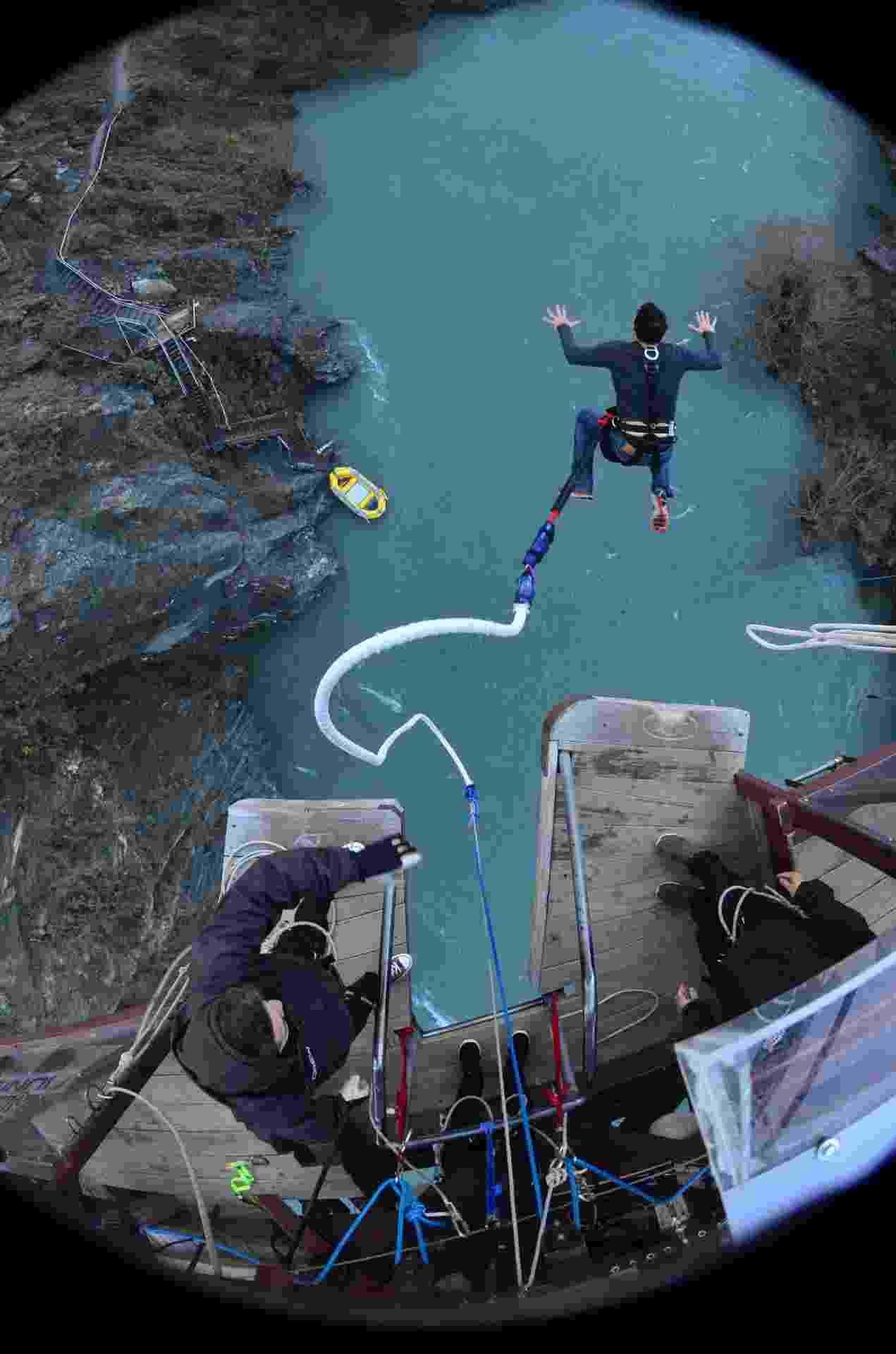 Câmera ?olho de peixe? localizada no topo da ponte Kawarau registra o momento do pulo - Marcelo Negromonte/UOL