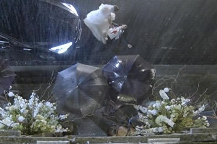 18.jul.2014 - Ao sair da igreja, Laerte é baleado e Luiza tenta socorrê-lo na chuva