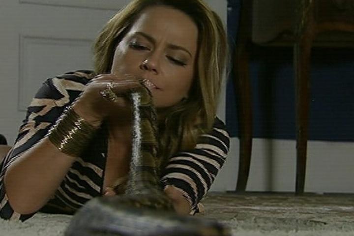 18.jul.2014 - Após ser dispensada por Laerte, Shirley se consola com a cobra de estimação