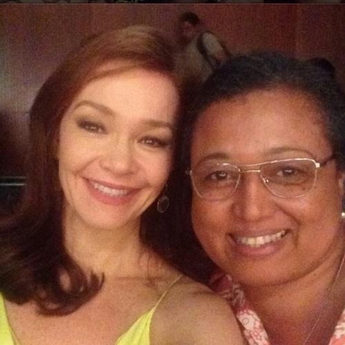 """18.jul.2014 - Julia Lemmertz faz selfie ao lado de Tânia Toko, a empregada Rosa, com quem ela contrecenou na novela """"Em Família"""". """"Helena e Rosa, mais uma pro álbum da família !! Querida Tânia Toko"""", escreveu a atriz no Instagram"""