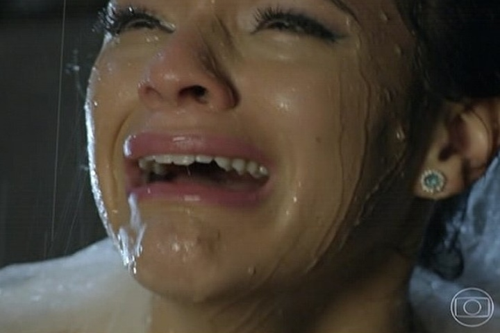 18.jul.2014 - Luiza se desespera ao ver Laerte baleado na saída do casamento