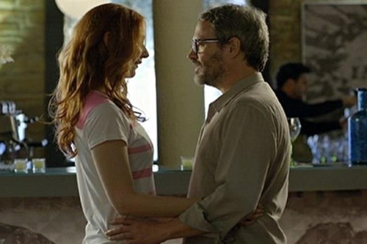 18.jul.2014 - Nando se encontra com Isolda, sua secretária, e a convida para conhecer sua família