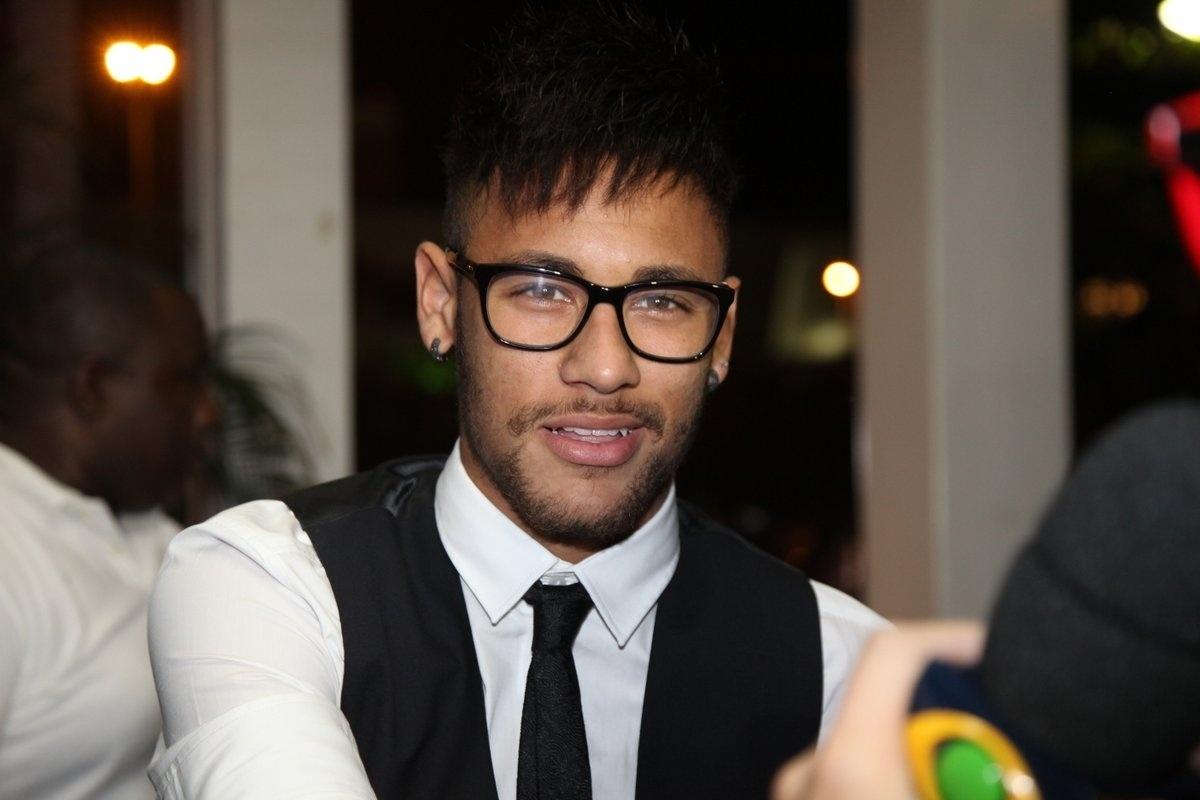 18.jul.2014 - Neymar se reuniu com o elenco de