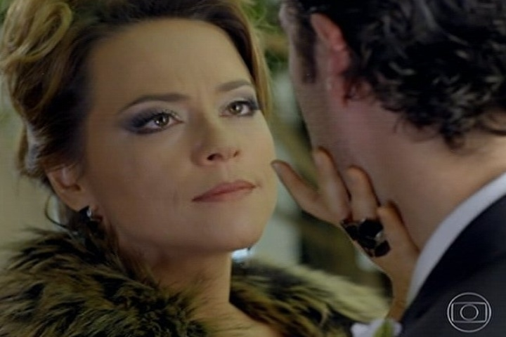 18.jul.2014 - No casamento, Shirley usa roupa preta e propõe que Laerte fuja com ela
