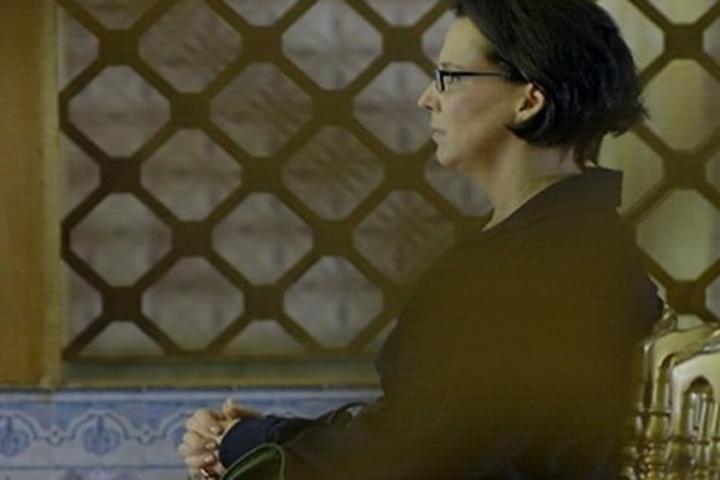 18.jul.2014 - Selma, mãe de Laerte, reza em silêncio e diz não aprovar o casamento do filho com Luiza
