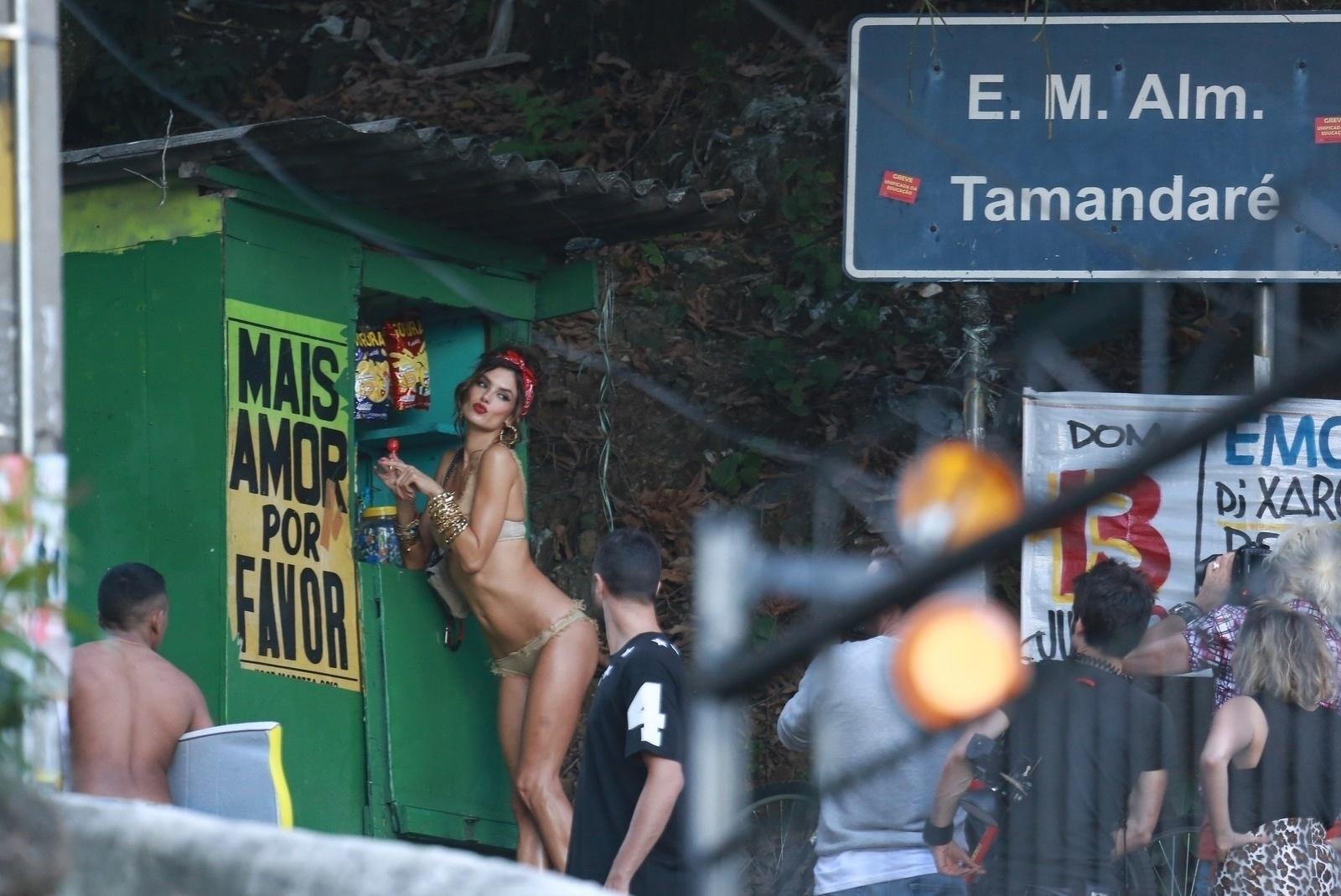 18.jul.2014 - Sensual, Alessandra Ambrosio faz fotos apenas de lingerie no Morro do Vidigal, no Rio de Janeiro