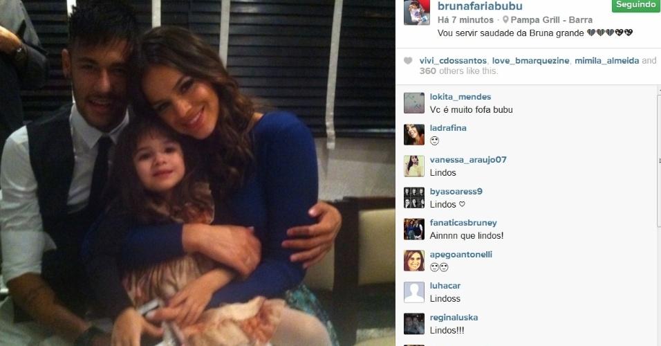 18.jul.2014- Bruna Marquezine e Neymar posam com a atriz mirim de