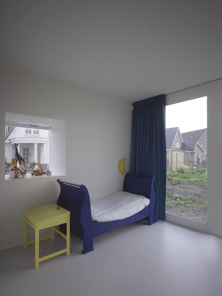O pavimento térreo tem dois dormitórios infantis, com saídas diretas para o quintal. Os acabamentos são os mesmos da área social: piso em poliuretano autonivelante e estuque de madeira em paredes e forro, pintados de branco. A Casa Bierings fica em Utrecht, na Holanda, e seu projeto de arquitetura foi desenvolvido pela Rocha Tombal
