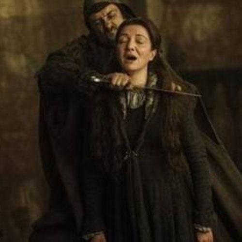 """Catelyn Stark (Michelle Fariley) é morte em cena do Casamento Vermelho de """"Game of Thrones"""""""