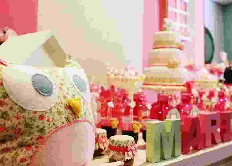 Corujas feitas de feltro e tecido, costuradas à mão, são destaque dessa decoração de chá de bebê feita pela empresa Scrap Encanto (www.scrapencanto.com.br) - Tatiana F. Martins/Divulgação