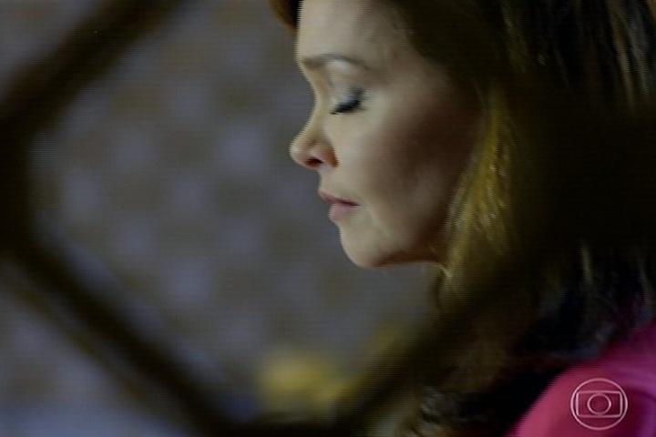 Helena reza em silêncio na igreja e pede proteção à filha Luiza