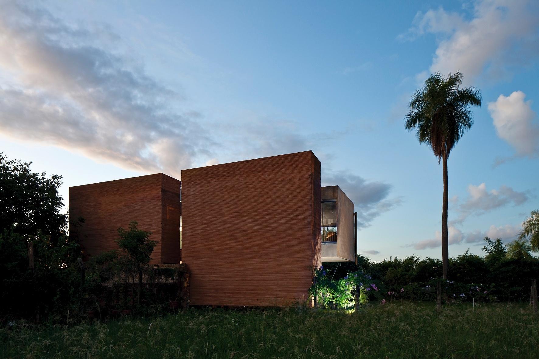 As duas caixas-contrapeso, dos fundos da casa (escadas e serviços) servem como escudos contra o vento sul, tipicamente frio e úmido. Elas fixam-se aos pilares por insertes metálicos e seu revestimento é feito com espécie de canjiquinha cerâmica, chamada