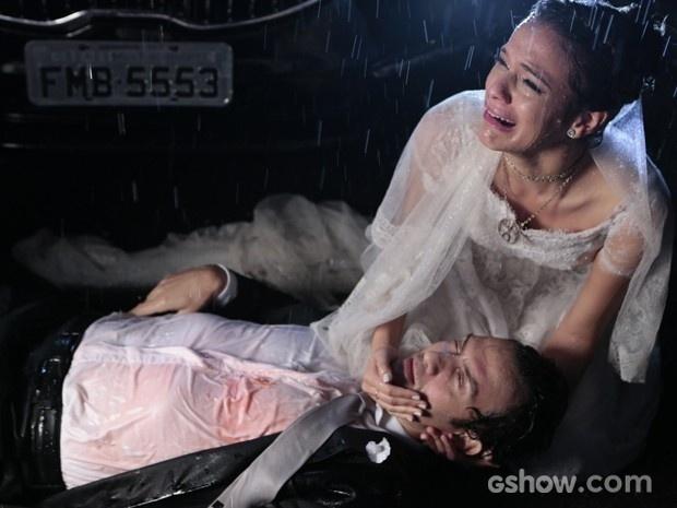 Luiza fica desesperada com Laerte ferido