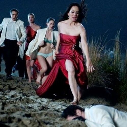 """O corpo de Tyler (Ashton Holmes) é encontrado durante festa de noivado em """"Revenge"""""""