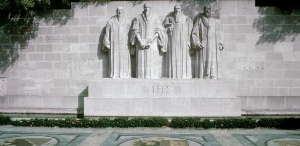 O Mur de la Réformation, em Genebra, que traz a imagem de Guillaume Farel, João Calvino, Theodore Beza e John Knox, todos figuras importantes da Reforma Protestante
