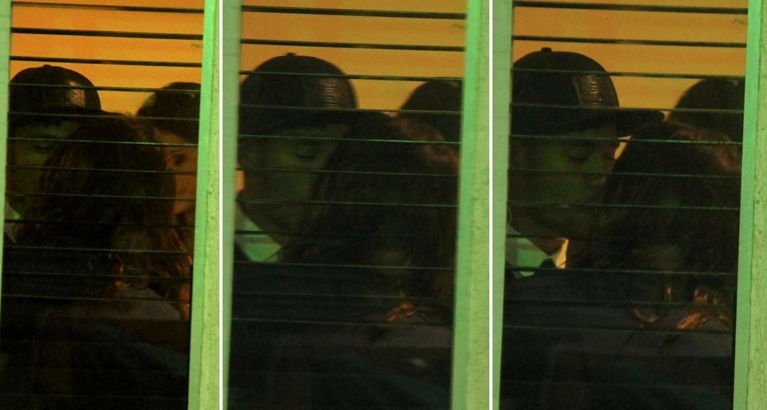 18.jul.2014 - Neymar e Bruna Marquezine trocam beijos na churrascaria onde o elenco de