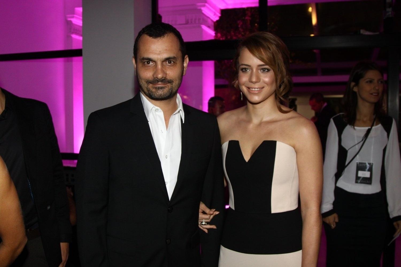 19.jul.2014 - Acompanhada do marido, Alê Youssef, Leandra Leal prestigiou a festa de lançamento de