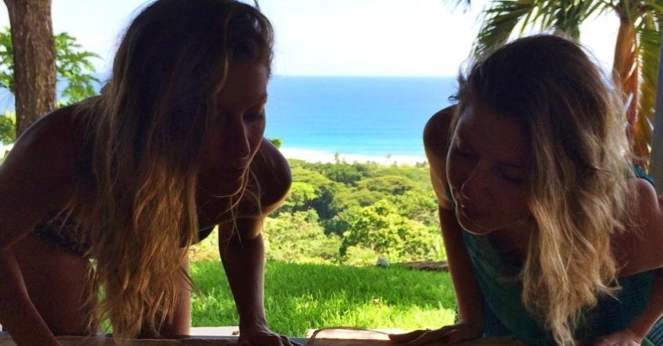 20.jul.2014 - Gisele Bündchen celebrou os 34 anos acompanha da irmã gêmea , Patrícia.