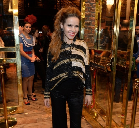 21.jul.2014 - Leona Cavalli chega à inauguração do Theatro NET São Paulo, no Shopping Vila Olímpia