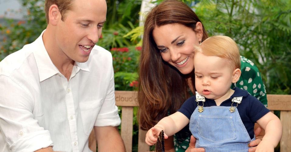 2.jul.2014 - Príncipe William, Kate Middleton e George posam no Museu de História Natural, em Londres, em foto oficial divulgada pela realeza britânica na véspera do aniversário de um ano do bebê
