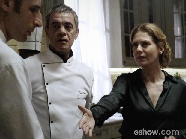Angela cumprimenta Adão, e ele não corresponde