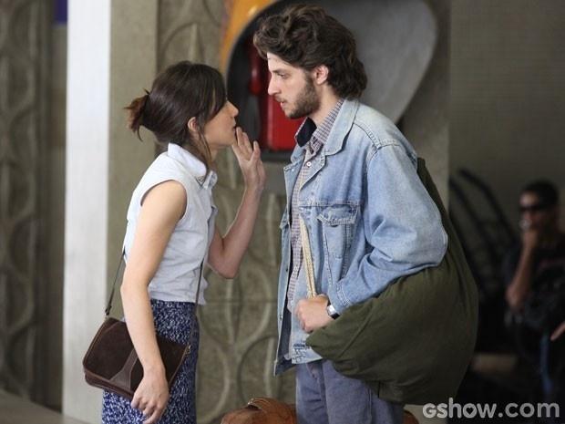 Momentos antes, Cora despacha Zé Alfredo na rodoviária ao mentir sobre Eliane