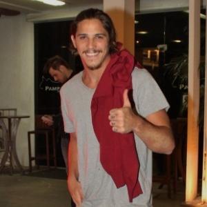 Robertão (Rômulo Arantes Neto) apela, tira a camisa e nada bem à vontade para seduzir blogueiro gay