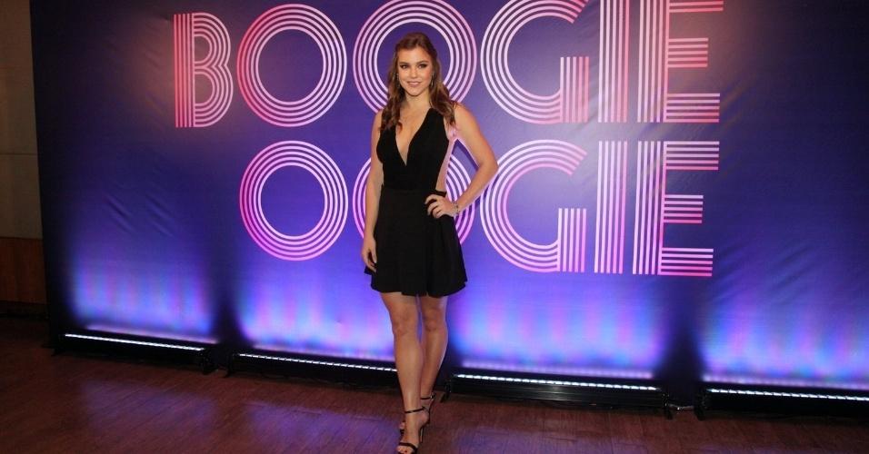 """22.jul.2014 - Alice Wegman escolheu um vestido decotado para a coletiva de """"Boogie Oogie"""" no Projac, Rio de Janeiro"""