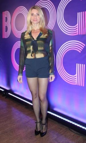 """22.jul.2014-  Letícia Spiller exibe boa forma usando shortinho e deixando a barriga de fora durante coletiva de """"Boogie Oogie"""""""