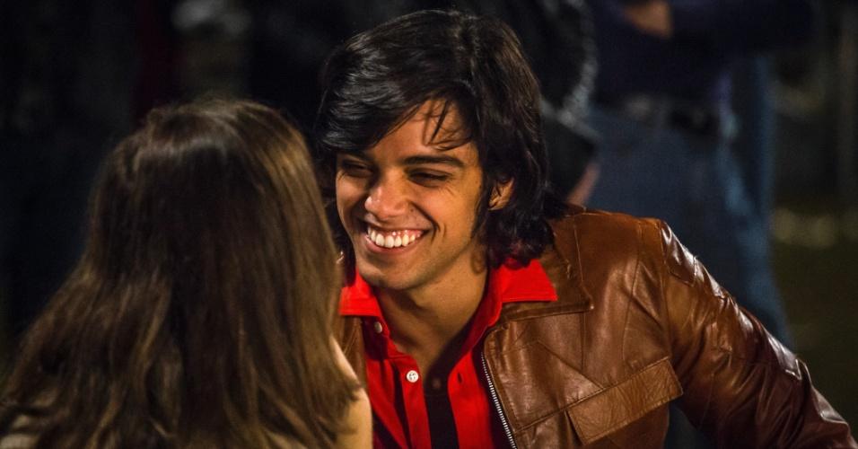 Beto (Rodrigo Simas) é irmão de Vitória (Bianca Bin). O rapaz trabalha na agência de viagem do padrasto Fernando (Marco Ricca