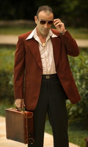 Empresário mal humorado e de pavio curto, Fernando (Marco Ricca) não é um tipo de homem que estende a mão para qualquer um