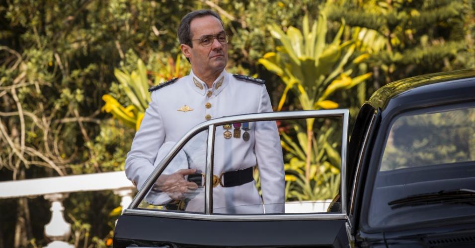 O pai de Sandra (Isis Valverde), Elisio (Daniel Dantas), é tenente-coronel e leva a excelência do comportamento militar para dentro de casa