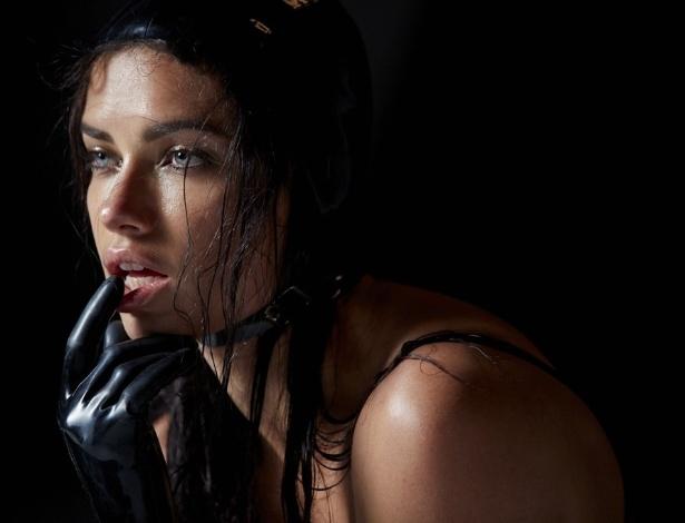 Adriana Lima em uma das primeiras imagens divulgadas do Calendário da Pirelli 2015 - Steven Meisel/Calendário da Pirelli