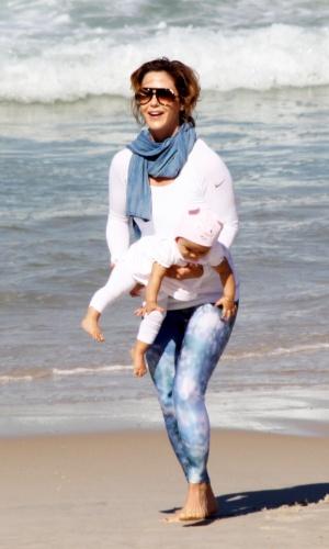 23.jul.2014 - Guilhermina Guinle brinca com a filha Minna na praia de Ipanema, na zona sul do Rio. A menina, de dez meses, é fruto da relação da atriz com o advogado Leonardo Antonelli, irmão da atriz Giovanna Antonelli
