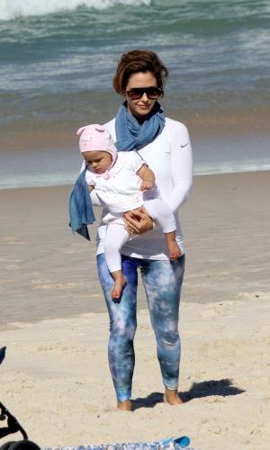 23.jul.2014 - Guilhermina Guinle caminha com a filha Minna na praia de Ipanema, na zona sul do Rio