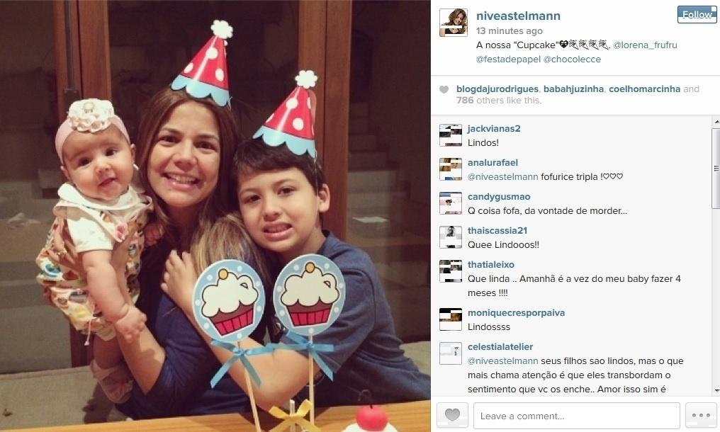 23.jul.2014 - Nívea Stelmann comemorou os quatro meses da filha Bruna com bolo e docinhos. Miguel, filho mais velho da atriz, também celebrou com a irmã