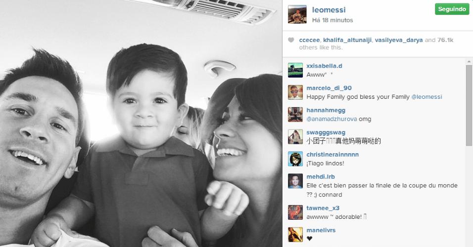 23.jul.2014 - O craque argentino Leonel Messi mostrou uma foto, na madrugada desta quarta-feira (23), de sua família reunida dentro de um carro. Na imagem aparece seu filho Thiago, de um ano, e a mulher, Antonella Roccuzzo