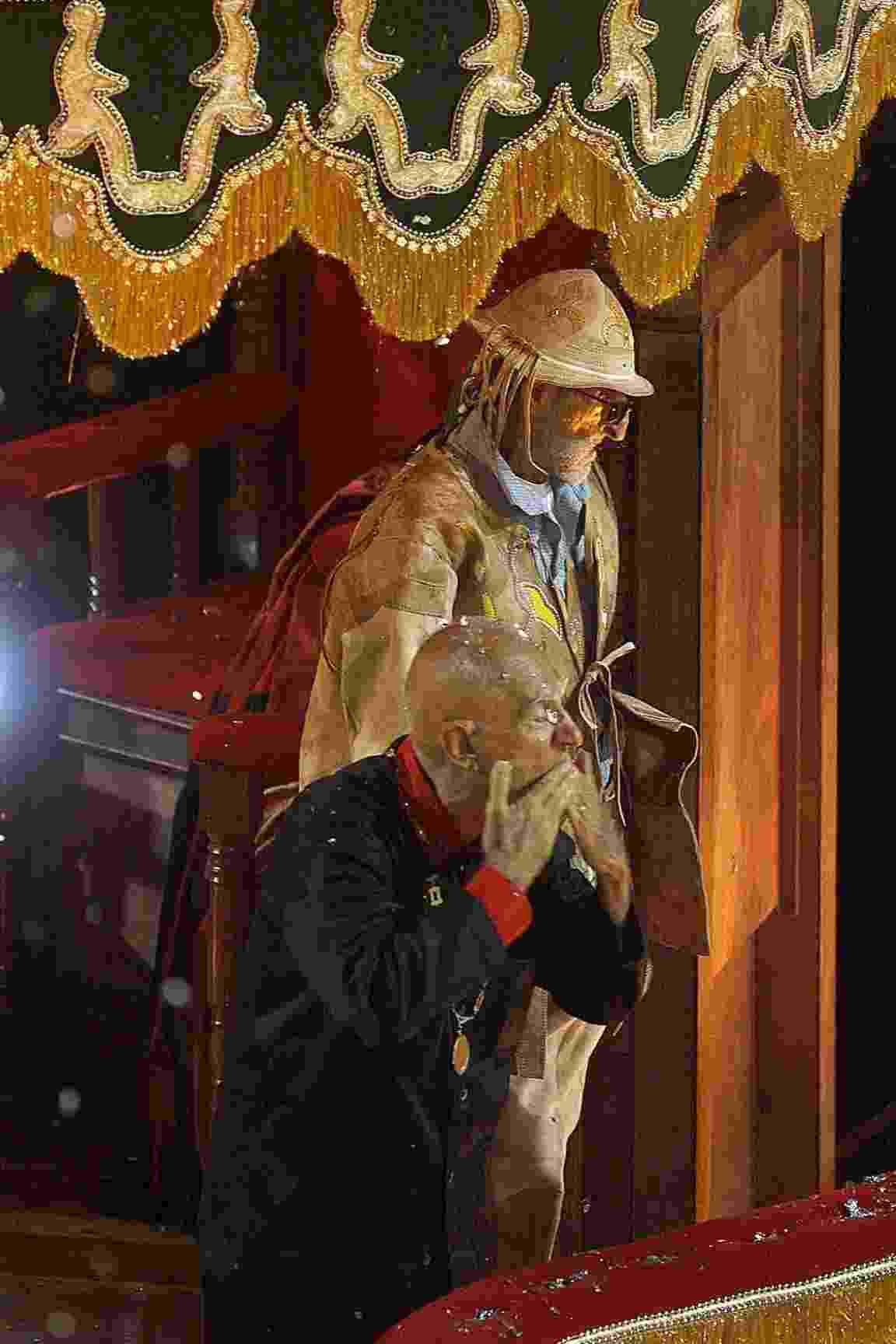 """Em 2002, a escola de samba carioca Império Serrano homenageou o escritor Ariano Suassuna no grupo especial com o enredo """"Aclamação e coroação do imperador da pedra do reino: Ariano Suassuna"""" - Antonio Gauderio/Folha Imagem"""
