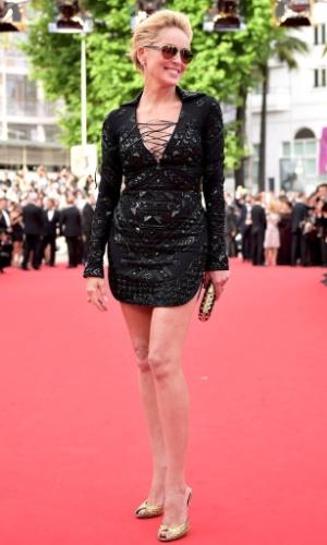 """Aos 56 anos, Sharon Stone jura que nunca fez plásticas e diz que para manter a aparência jovial é preciso ter uma alimentação saudável. A atriz garante que está no auge de sua beleza:""""Esqueça aquela garota de 20 anos. Eu sou esta aqui"""""""