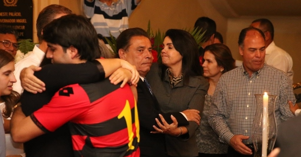23.jul.2014 - Familiares de Ariano Suassuna recebe o apoio de amigos durante o velório do escritor