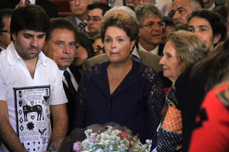 24.jul.2014 - A presidente Dilma Rousseff se emociona velório de Ariano Suassuna em Recife