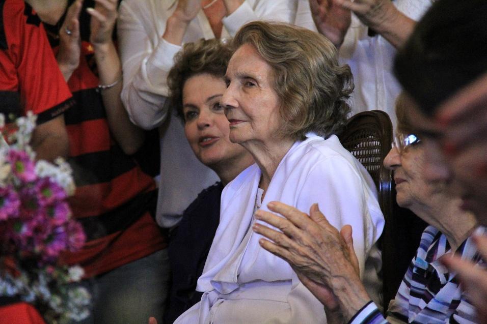 24.jul.2014 - A presidente Dilma Rousseff vai ao velório de Ariano Suassuna e fica ao lado da viúva Zélia no palácio do Campo das Princesas, em Recife